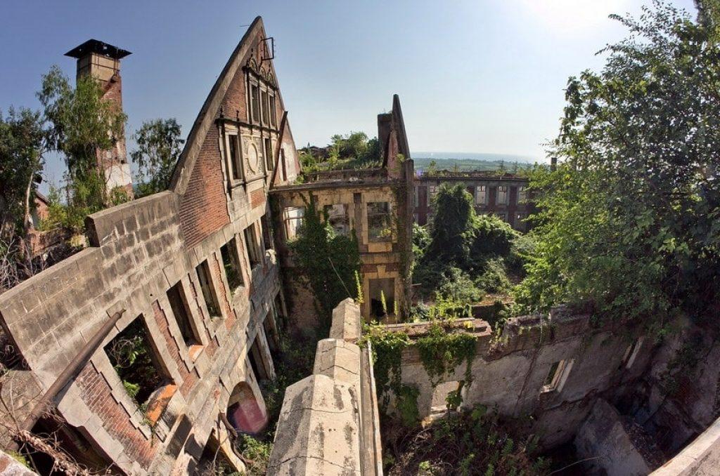 руины красного корпуса санатория смецкого в гульрипше в абхазии