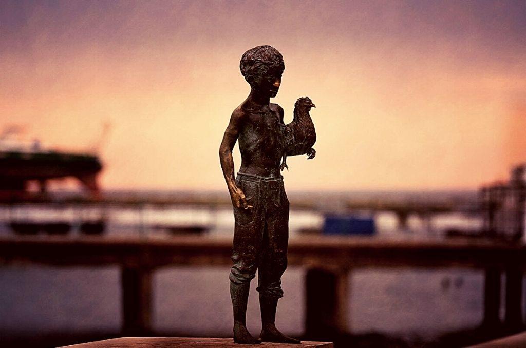 скульптура чики на сухумской набережной